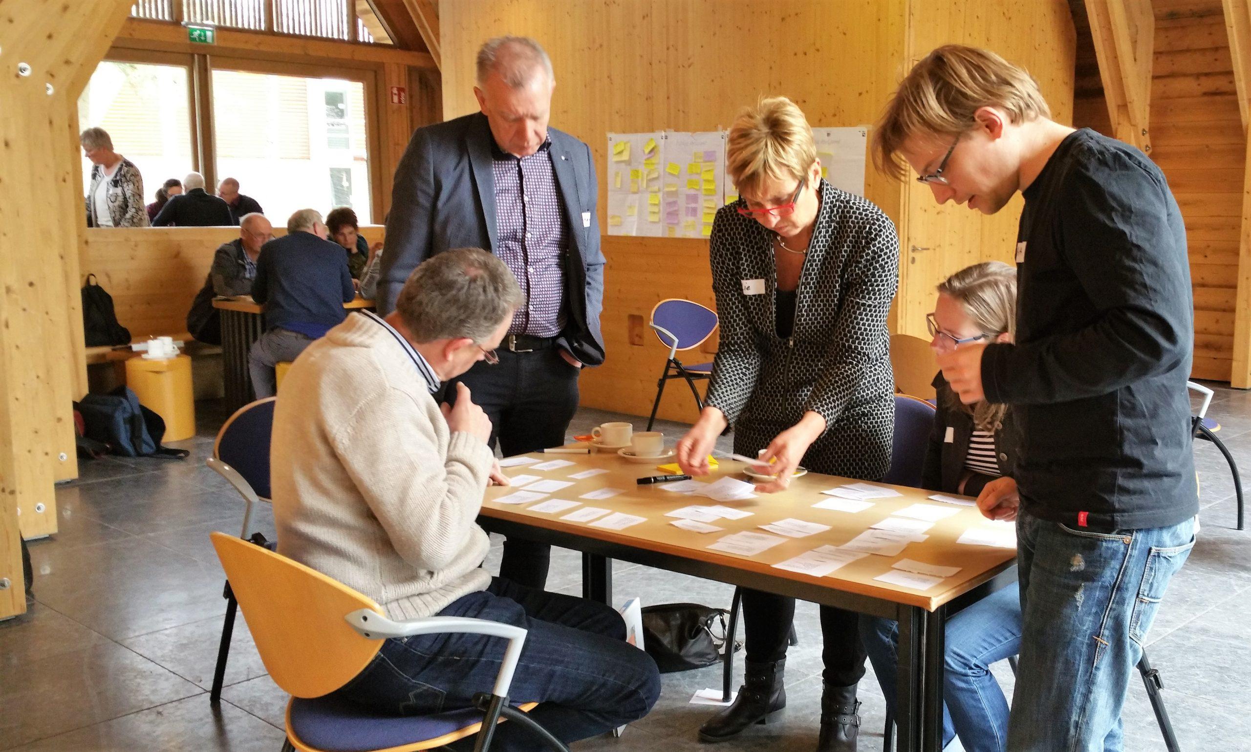 Leden van een kernteam aan de slag met vragen van de eigen gemeente